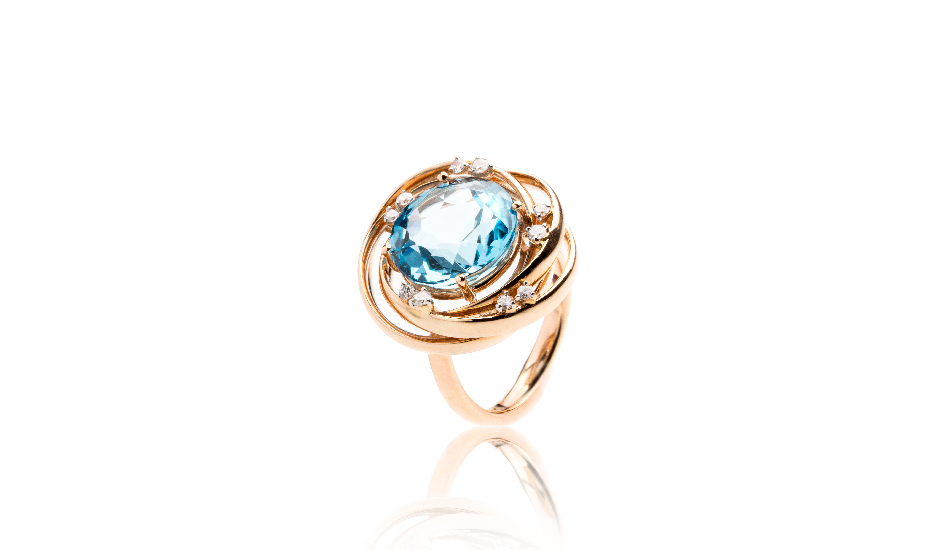 <p>18kt pink gold ring with blue topaz and diamonds</p>
